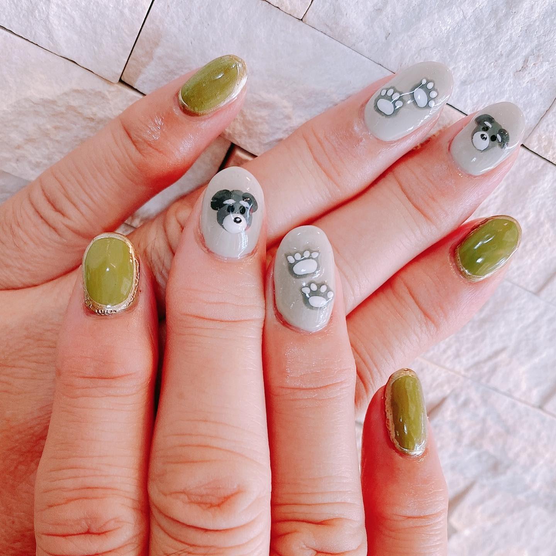 ・*:..nailワンちゃんの3Dパーツをつけてネイルしましたくすみグリーンでシックな仕上がりに#岐阜市美容室 #oggiavanti #トータルビューティーサロン #ネイル #秋ネイル #3dネイル #シュナウザー #くすみカラー #にくきゅう